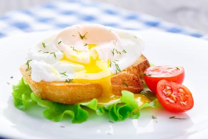Jajko w koszulce z kiełkami rzodkiewki