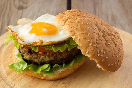 Domowy burger z jajkiem